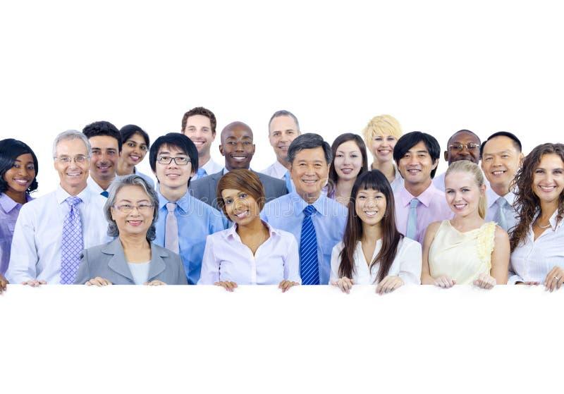 Большая группа в составе бизнесмены держа доску стоковая фотография