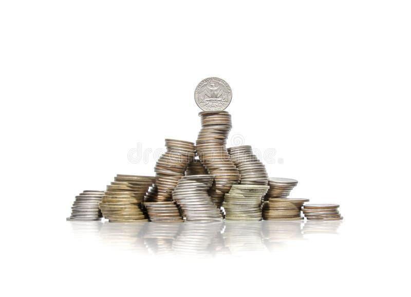 Большая группа в составе изогнутые кучи монеток с квартальным долларом на верхней части стоковое фото