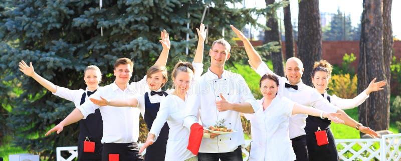 Большая группа в составе кельнеры и официантки стоковая фотография rf