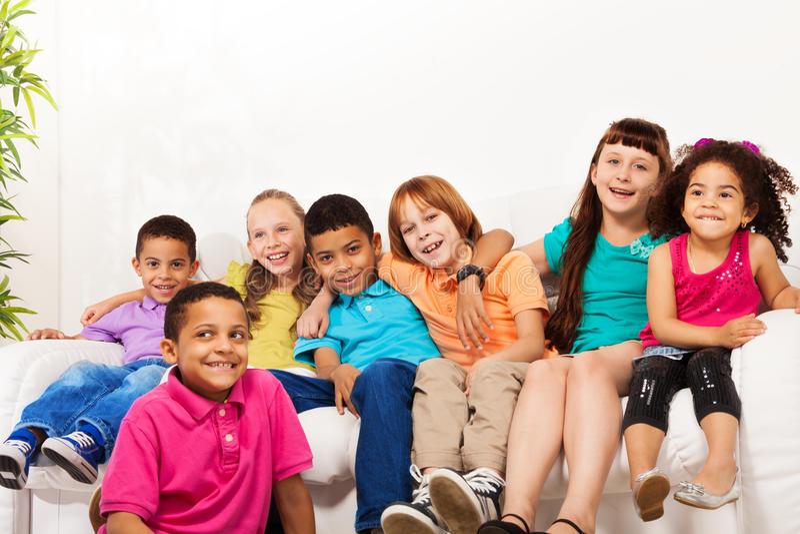 Большая группа в составе милые дети дома стоковые фото