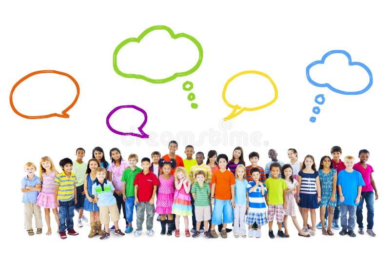 Большая группа в составе многонациональные дети с пузырями речи стоковые изображения