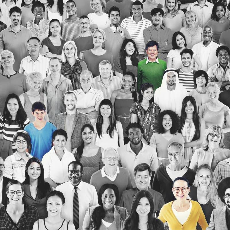 Большая группа в составе разнообразная многонациональная жизнерадостная концепция людей стоковое фото rf