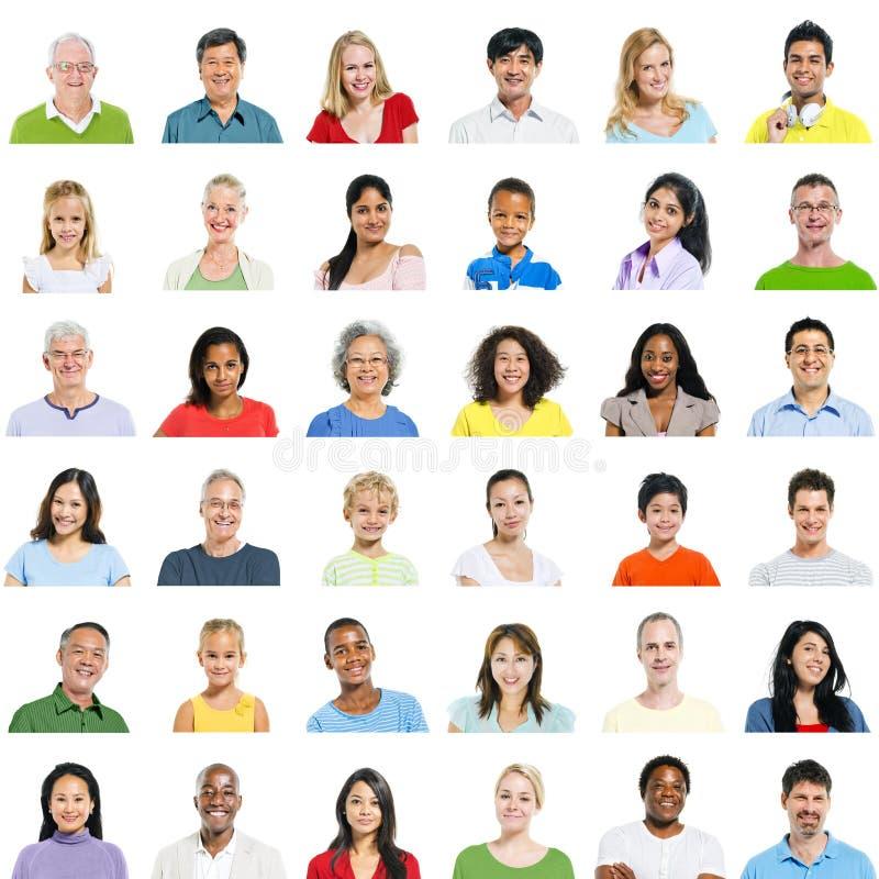Большая группа в составе разнообразные люди стоковые изображения