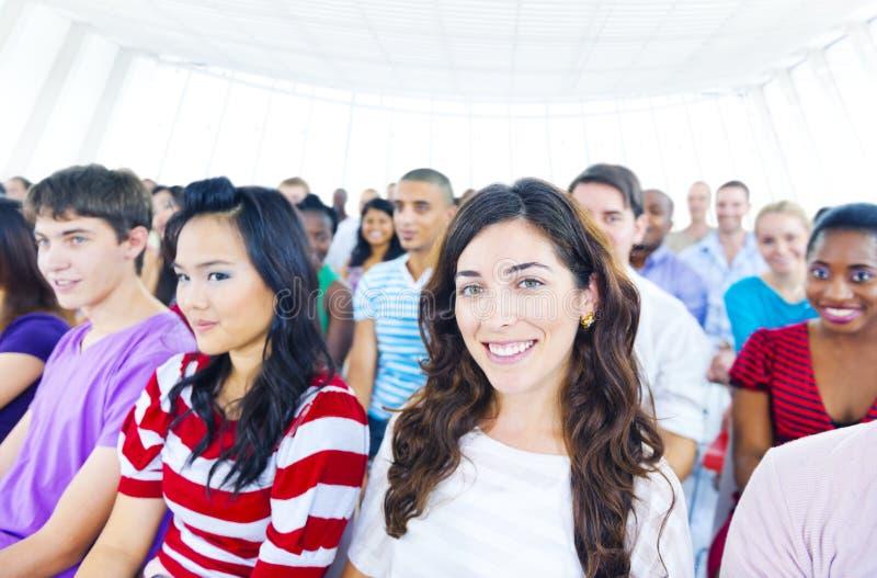 Большая группа в составе студент в конференц-зале стоковые изображения