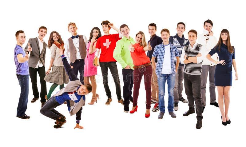 Большая группа в составе счастливые пестротканые одетые подростки на белизне стоковая фотография rf
