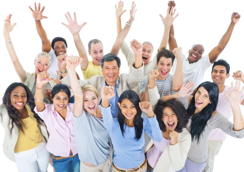 Большая группа в составе люди мира празднуя стоковые фотографии rf
