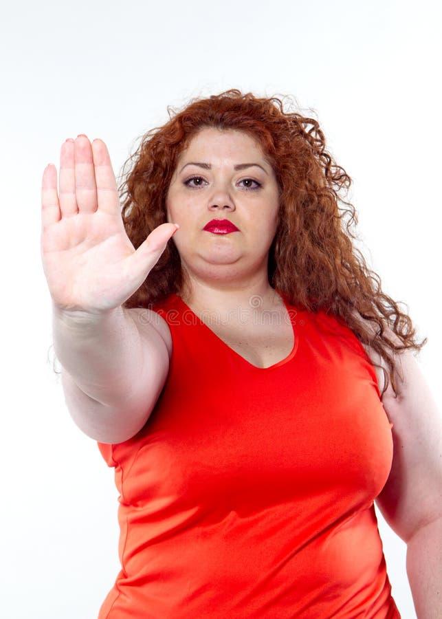 Большая женщина с красной губной помадой и большой болью в животе, плохим настроением стоковые изображения