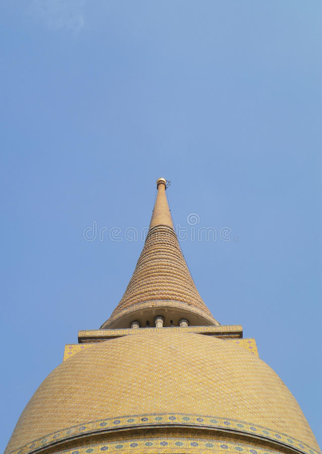 Большая желтая и старая пагода с красивым небом заволакивает предпосылка стоковые изображения