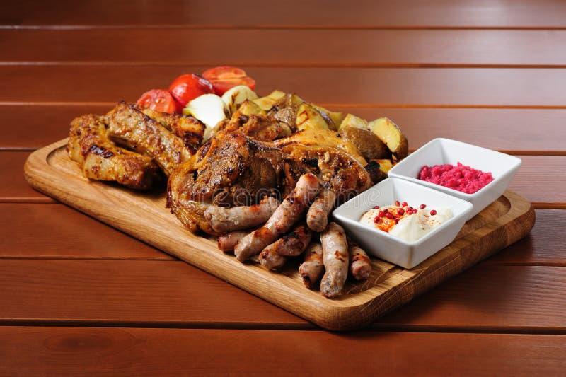 Большая зажаренная доска мяса и овощей стоковые изображения rf