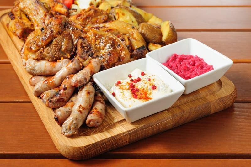 Большая зажаренная доска мяса и овощей стоковое изображение rf