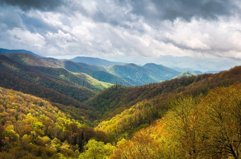 Большая закоптелая фотография Шер ландшафта гор Outdoors сценарная стоковые фото