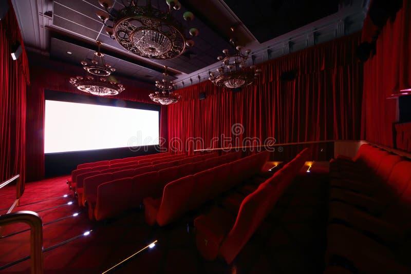 Большая зала с большими красивыми канделябрами в кино стоковая фотография rf