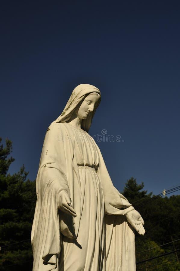 Большая каменная статуя девой марии стоковое фото