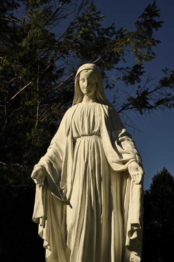 Большая каменная статуя девой марии стоковая фотография rf
