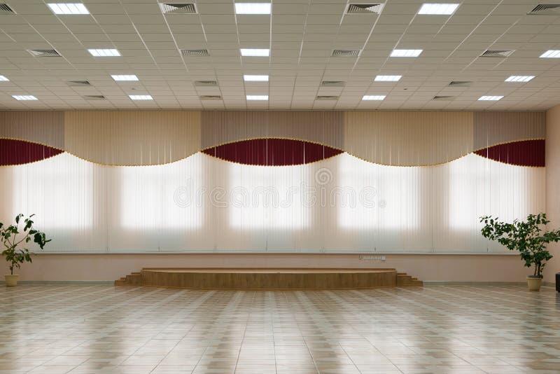 большая комната с окном и этапом стоковые фото