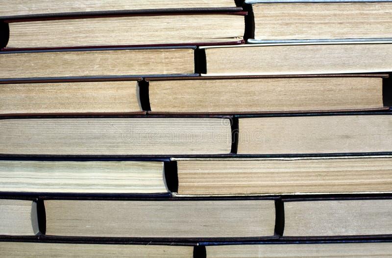 Большая куча книг закрывает вверх по предпосылке стоковые изображения