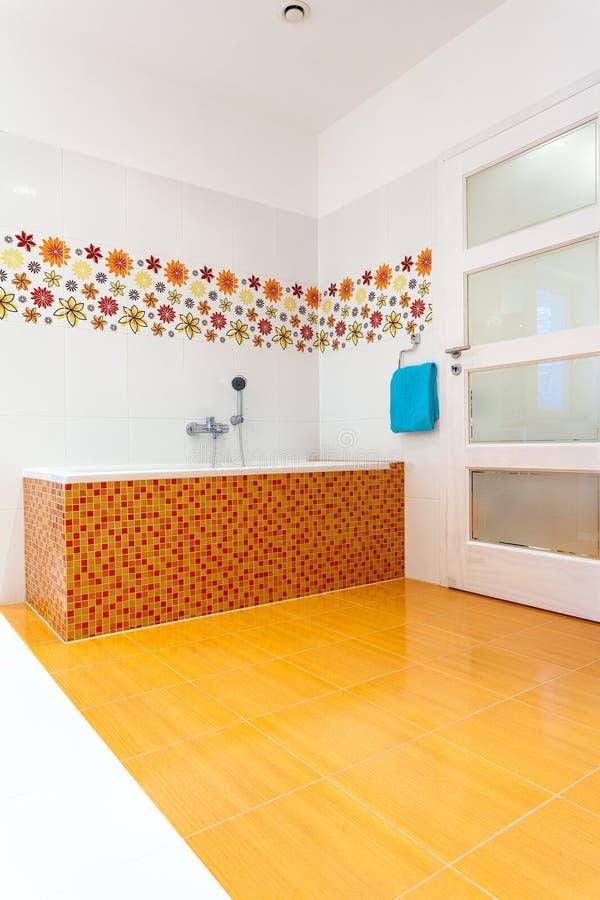 Большая оранжевая ванна в угле стоковые фото