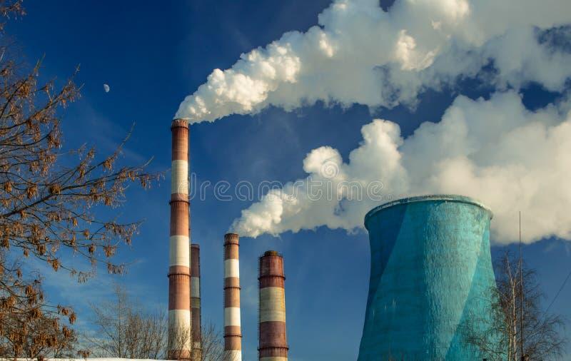 большая печная труба фабрики с плотным дымом стоковая фотография rf