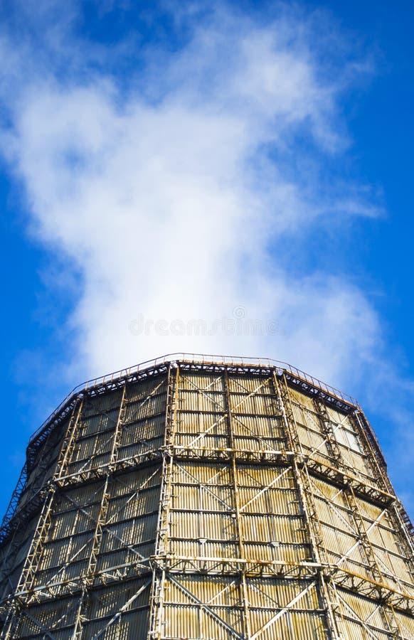 Большая печная труба фабрики шифера стоковая фотография