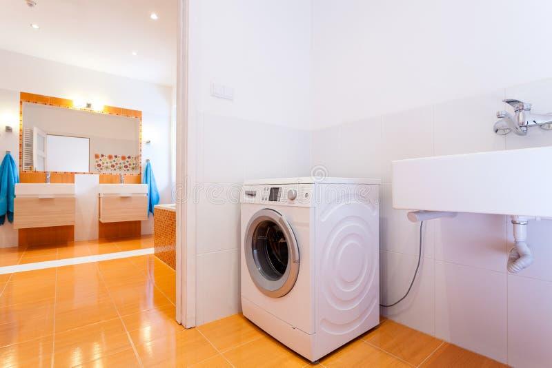 Большая практически ванная комната с стиральной машиной стоковые фотографии rf