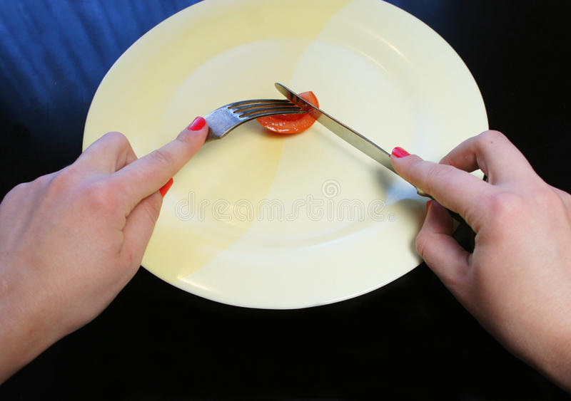 Большая плита с маленькой частью рук еды и женщины стоковые фотографии rf