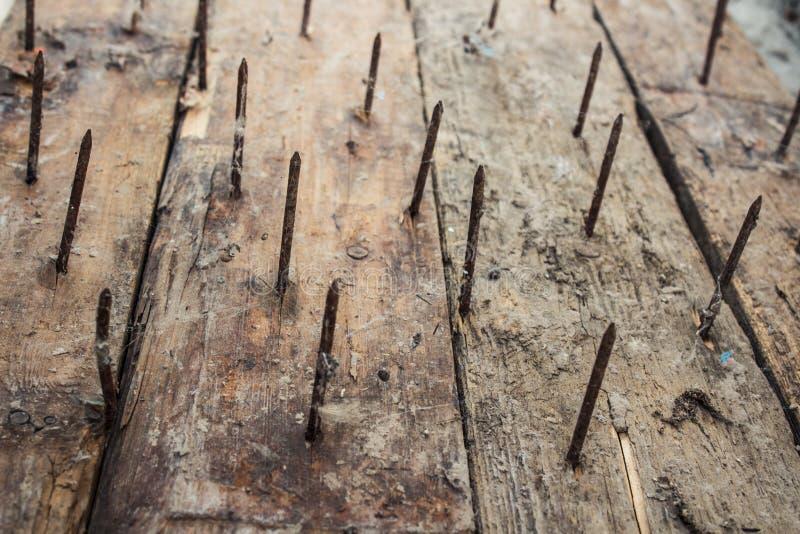 Большая ржавая ручка ногтей из старой доски стоковое изображение