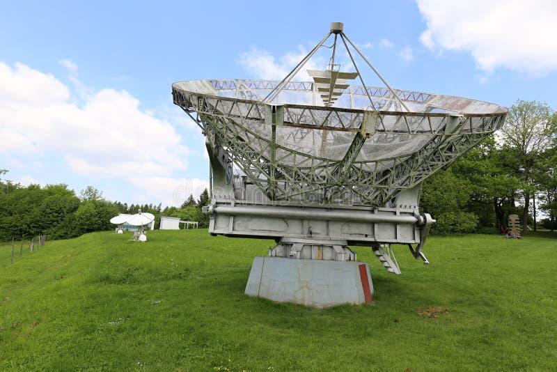 Большая серебряная антенна радиотелескопа с более малым массивом антенны 2 стоковое фото rf
