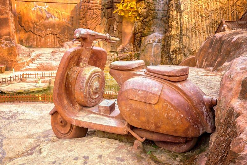 Большая скульптура глины мотоцикла стоковые фотографии rf