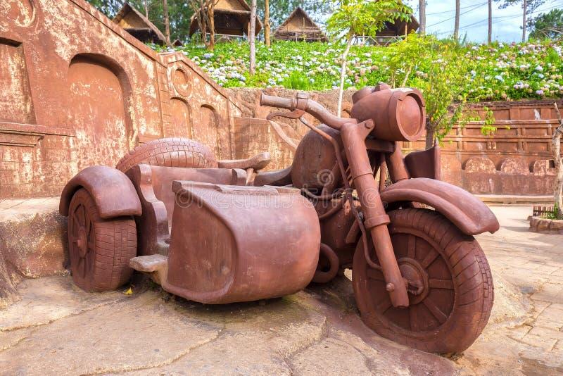 Большая скульптура глины мотоцикла стоковые изображения rf