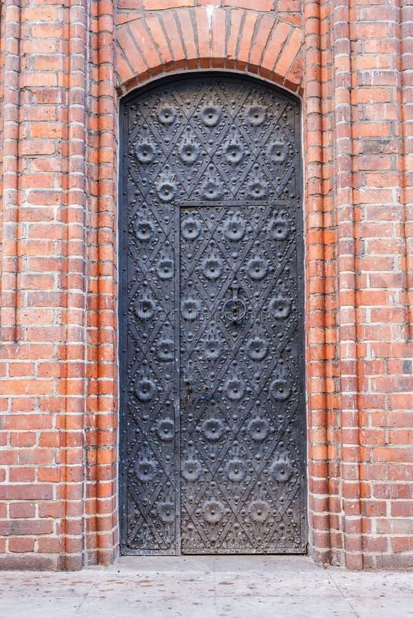Большая стальная дверь к средневековой церков стоковая фотография rf