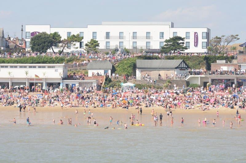 Большая толпа на пляже на Clacton на день авиасалона осмотренный от пристани стоковое фото rf