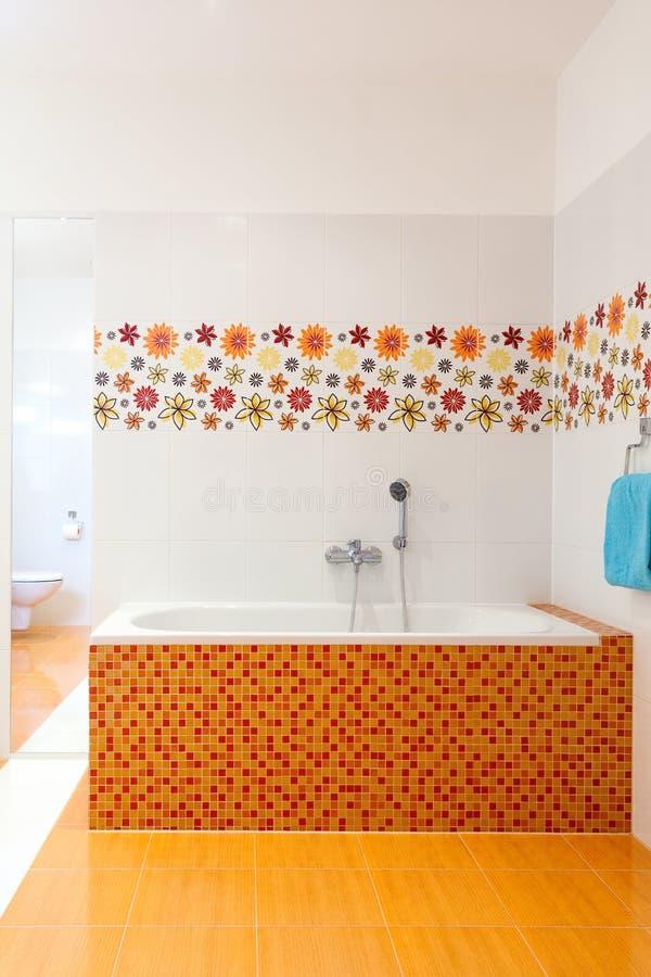 Большая удобная практически ванна стоковое фото