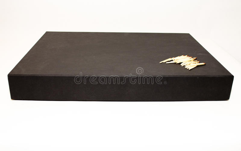 Большая черная коробка настоящего момента дела с спичками стоковая фотография
