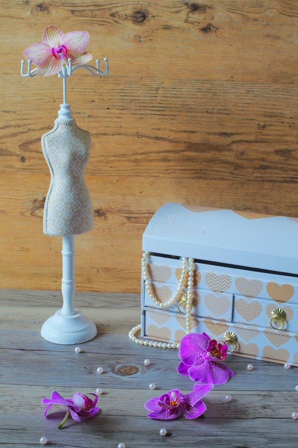 Большая шкатулка для драгоценностей, чудесное ожерелье жемчуга стоковая фотография
