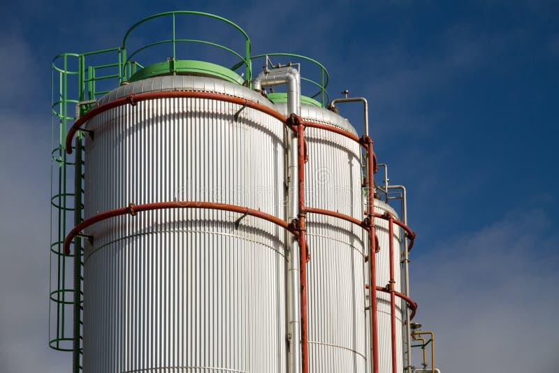 Большие белые gaz и баки для хранения топлива стоковые изображения rf