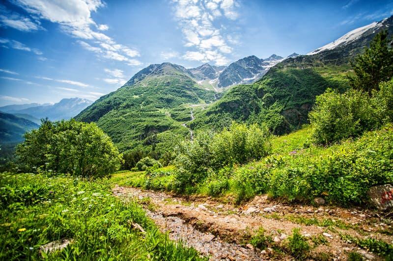 Большие горы Кавказа путь на держателе Cheget стоковые фото