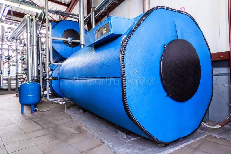 Большие голубые резервуары в котельной фабрики стоковое фото