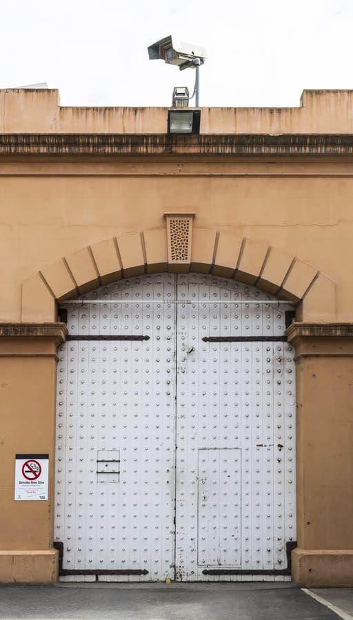 Большие деревянные строб/дверь на тюрьме Аделаиды, Аделаида, южное Aus стоковые фото