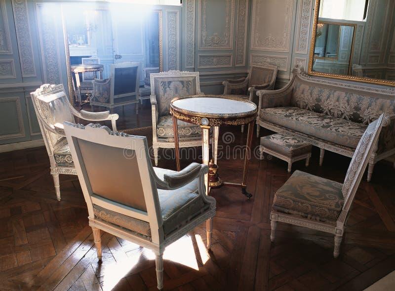 Большие зеркало, люстра и мебели на дворце Версаль стоковое фото rf