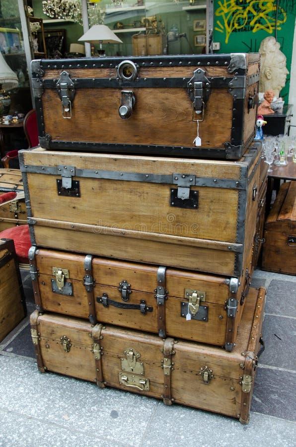 Большие и большие старые деревянные случаи комода стоковое изображение