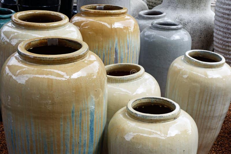 Большие керамические урны стоковые фотографии rf
