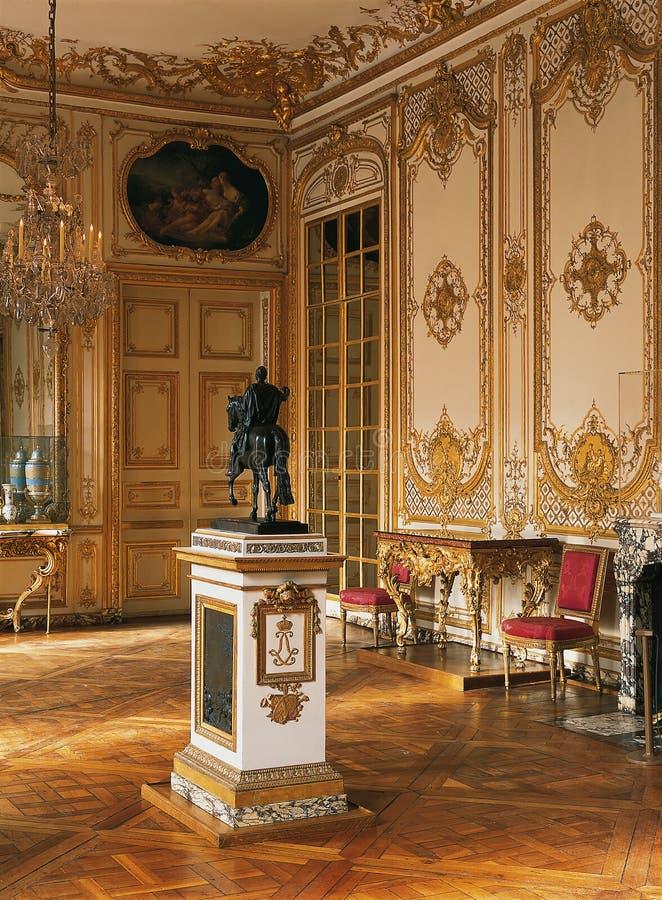 Большие комната, скульптура и люстра на дворце Версаль стоковое изображение rf