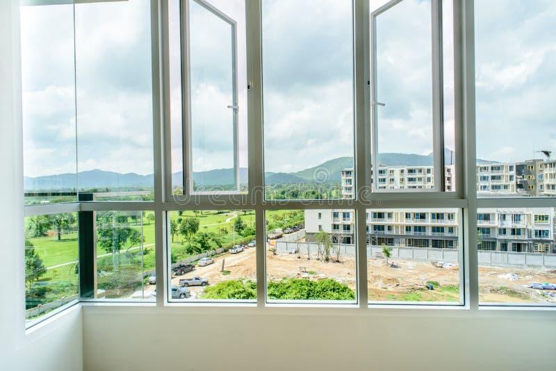 Большие окна смотря на к зданию нового строительства стоковое изображение rf