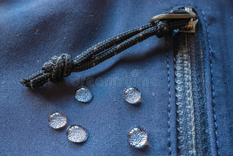 Большие падения воды на водоустойчивых одеждах крепежная деталь молний карманная стоковые фото