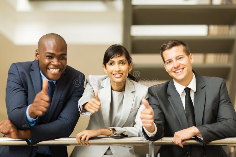 Большие пальцы руки бизнес-группы вверх стоковое фото rf