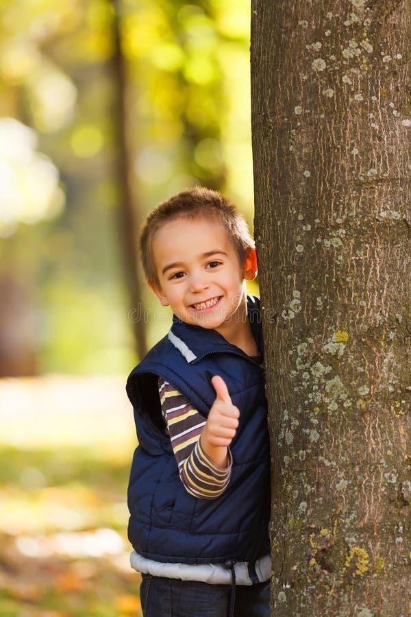 Большие пальцы руки вверх от милого мальчика стоковое фото rf