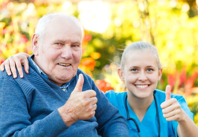 Большие пальцы руки вверх для домов престарелых стоковые фотографии rf