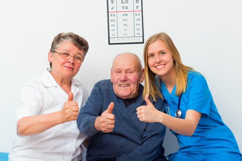 Большие пальцы руки вверх для пожилого Homecare стоковые фотографии rf