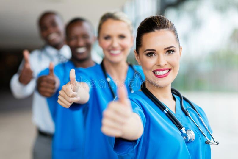большие пальцы руки медицинской бригады вверх стоковые изображения