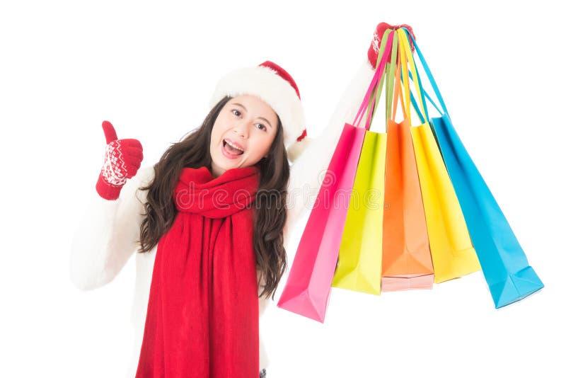 Большие пальцы руки покупок женщины продажи рождества счастливые вверх для товаров стоковое фото